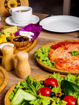 テーブルの上のトマトと野菜のサラダとスクランブルエッグ