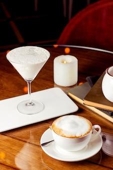 Чашка капучино и десерт в стакане