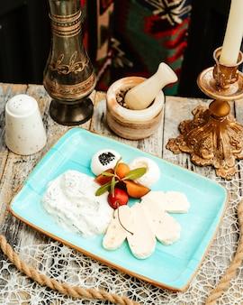 Сырное ассорти с йогуртом, зеленью и сливой