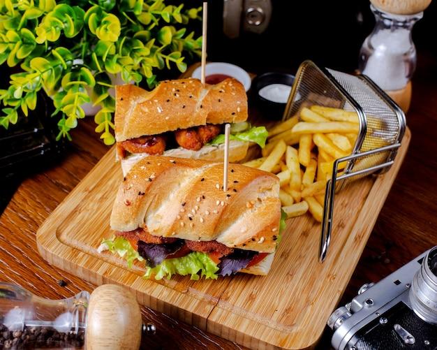 Сэндвич с куриными наггетсами и картофелем фри