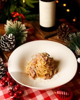 Сливочные спагетти с лососем и тертым сыром