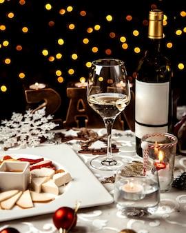 チーズプレートと白ワインのガラス