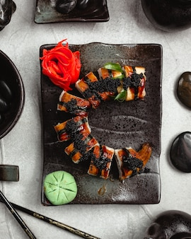 Свежие суши с черной икрой, имбирем и васаби