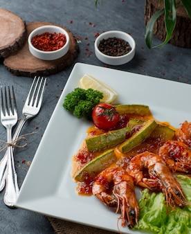 Креветки под соусом с овощами вид сверху