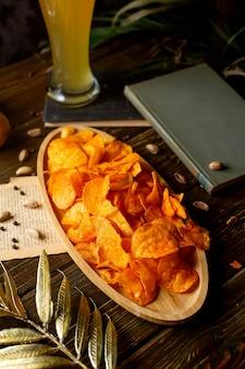 Картофельные чипсы на бамбуковой порции