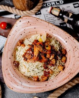 Чаша из спагетти с морепродуктами и укропом