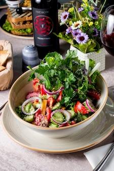 Овощной салат с томатным огурцом, сладким перцем, красным луком, тертым пармезаном и петрушкой