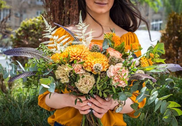 女の子の手で夏の花の花束