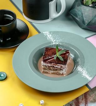 Сладкий кусочек тирамису в тарелке