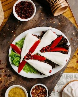 テーブルの上のグルジアのチーズプレート