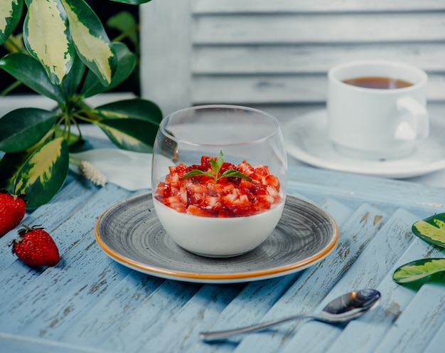 テーブルの上のガラスのトマトサラダ