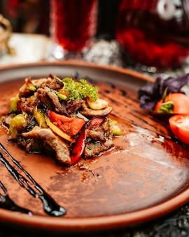 Жареные ломтики баранины с желтым зеленым и красным сладким перцем и зеленью