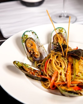 ムール貝とピーマンのスパゲッティのクローズアップ