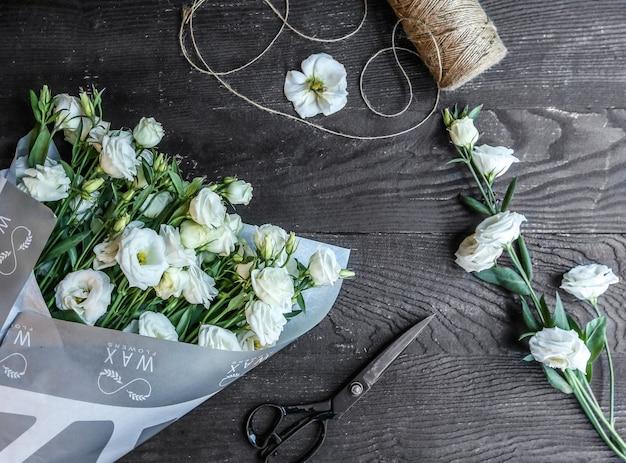 テーブルの上の白い花の花束