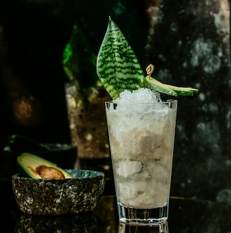 Белый ледяной коктейль на столе