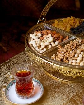 Традиционный чайный сервиз на столе