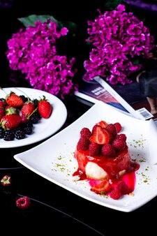 いちごシロップといちごとラズベリーの小さな丸いチーズケーキ