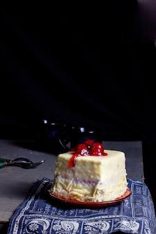 チェリーとシロップをトッピングしたホワイトチョコレートで覆われた四角いチェリーケーキ
