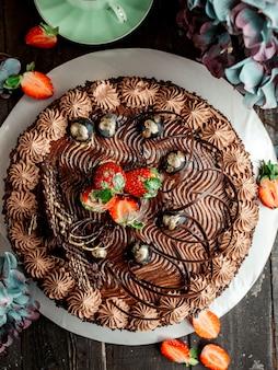 Вид сверху торт какао с клубникой и шоколадом