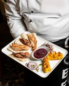 Вид сверху курица, баранина, картофель, шашлык, подается с кислым соусом