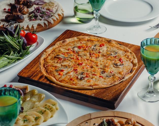 テーブルの上の丸いイタリアンピザ