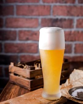 泡とビールの高いガラス