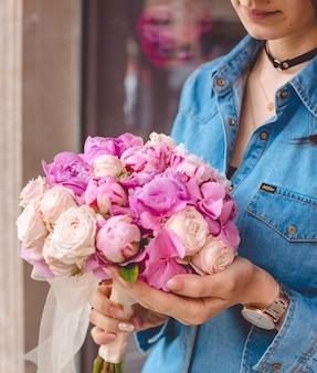 Различные розы в руках девушки
