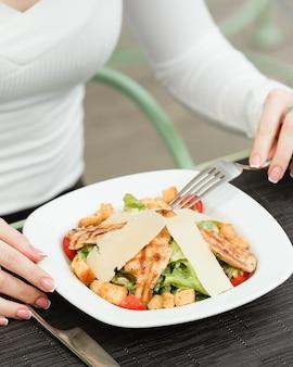 Куриный салат цезарь в тарелке