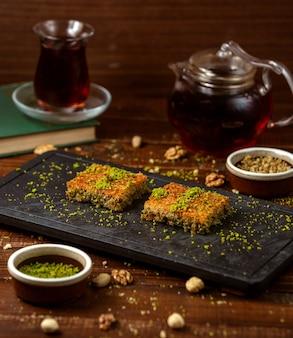 テーブルの上のトルコのカダイフ