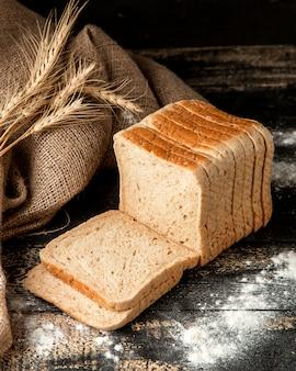 Вид сбоку пшеничного хлеба