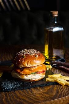 テーブルの上のフライドポテトとチーズバーガー