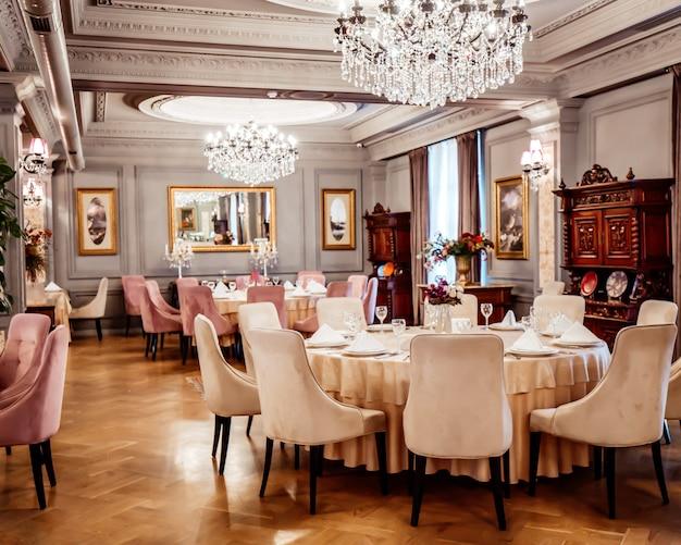 テーブルと椅子のあるクラシックで豪華なスタイルのレストラン