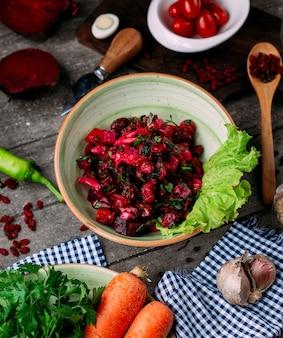 Свекольный салат со свеклой и фасолью на столе