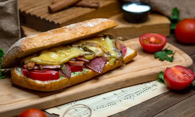 チーズとソーセージの大きなサンドイッチ