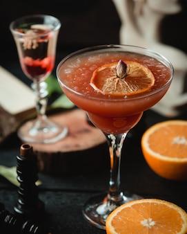 Холодный фруктовый коктейль с ломтиком лимона
