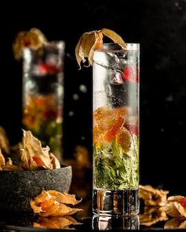 ミントとフルーツの冷たいスパークリングレモネード
