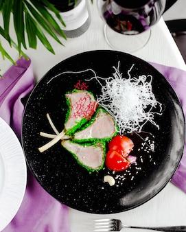 グリーンソースとトマトの新鮮な肉