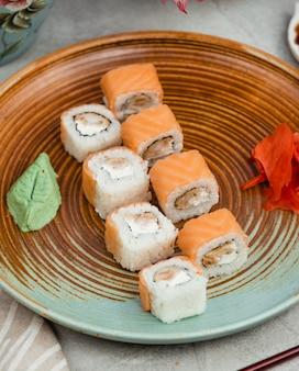 Рыбные суши на круглой тарелке
