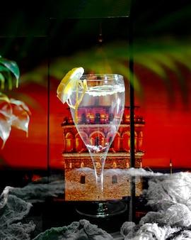 Стакан водки с ломтиком лимона