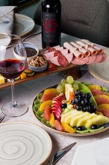 チーズとソーセージのミックス、赤ワインのグラス