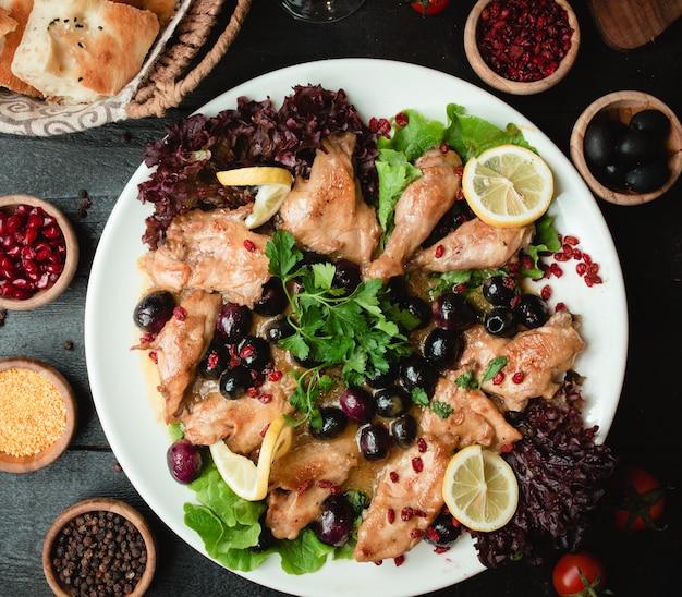 Жареная курица с ягодами и салатом