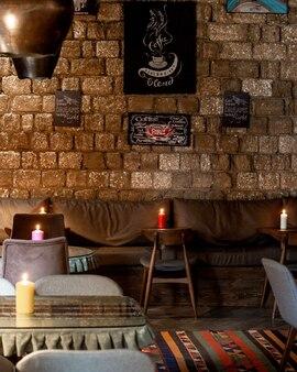 Ресторан с кожаными диванами на стене