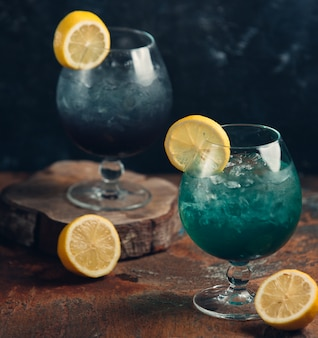 レモンスライスとアイスグリーンカクテル