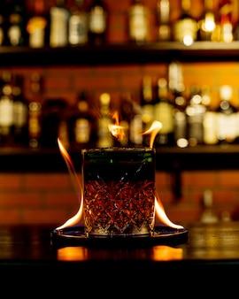 テーブルの上に火でウイスキー