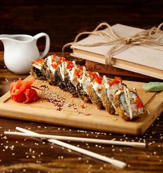 Жареные суши на столе