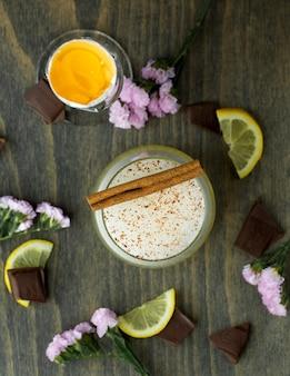 テーブルの上のシナモンとレモンカクテル