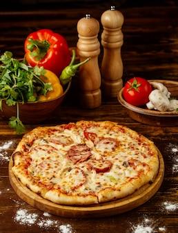 テーブルの上のペパロニのピザ