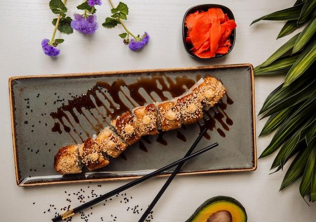 Суши под соусом на столе