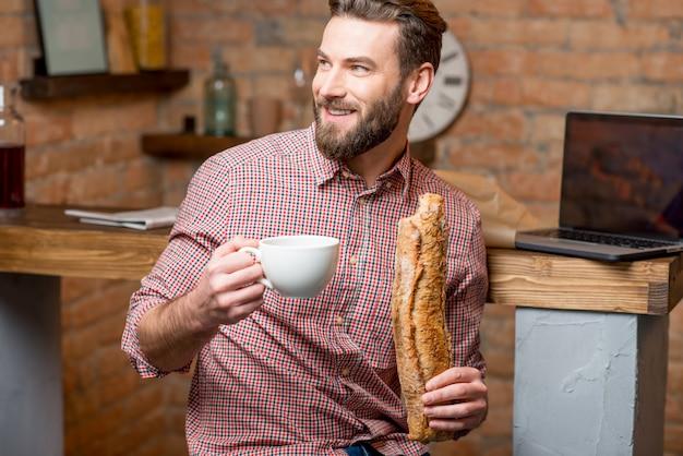 朝食を持っている人