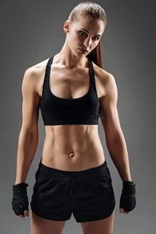 Молодая женщина позирует в спортивной одежде